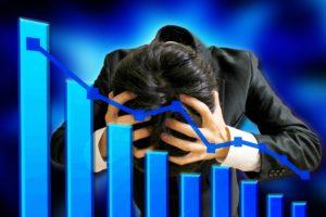 為替取引で大切な心得「休むも相場」 - 為替取引で損を出して頭を抱える男性