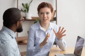 レクチャーする女性 - FX発注方式を解説 | DD,NDD,ECN,STP