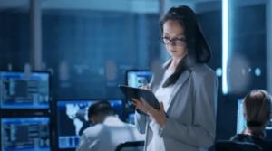 情報戦を繰り広げる女性- FX自動売買 高勝率の最強ロジック搭載EA!