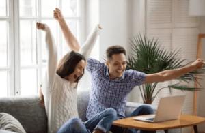 お金を稼いで興奮する夫婦 - FX自動売買 高勝率の最強ロジック搭載EA!