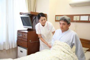 入院患者と看護師 - 日本の新型コロナウイルス感染者数と感染防止法