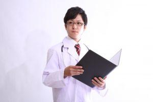 男性の医師 - 日本の新型コロナウイルス感染者数と感染防止法