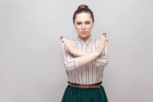 口座凍結されたくないと主張する外国人女性 - AXIORY(アキシオリー)のメリット デメリット 口コミ 口座開設